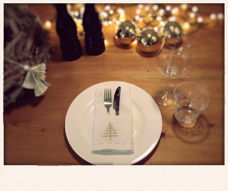 Tutorial: feierliche Tischdeko – Serviette als Bestecktasche mit Kreuzstich und Briefecke